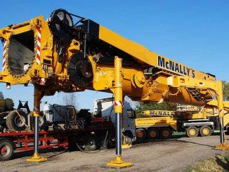 Der Hauptmast des LTM-11200 bei der Montage