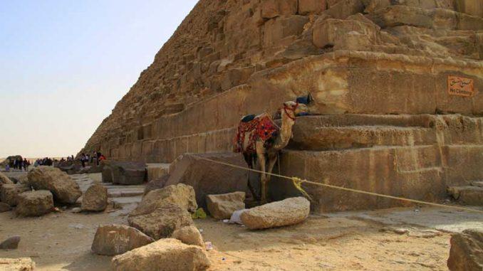 Ein Taxi im Schatten der Cheops Pyramide