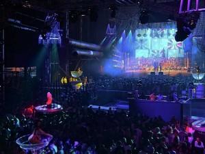 Volles Haus in der größten Disco der Welt