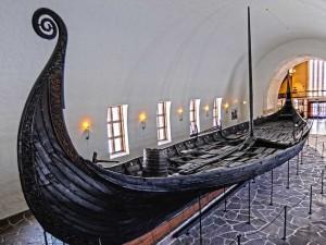 Wikingerschiff in einem Museum in Oslo